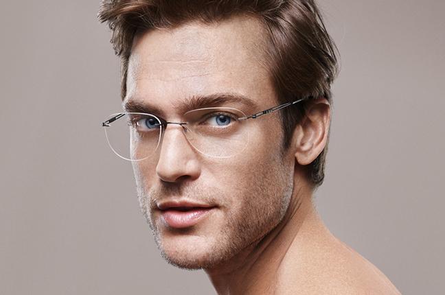 Un uomo indossa un modello di occhiali da vista Silhouette