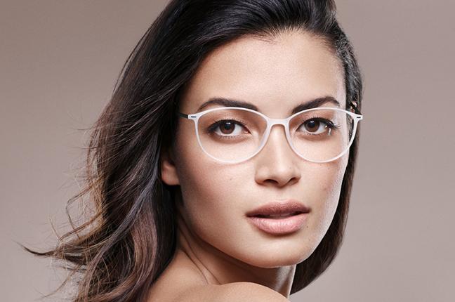 Una donna indossa un modello di occhiali da vista Silhouette