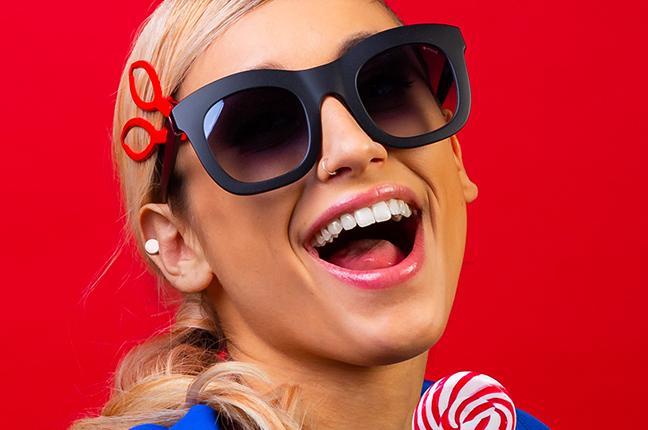 """Una ragazza indossa il modello """"GINEVRA"""" degli occhiali da sole Saraghina"""