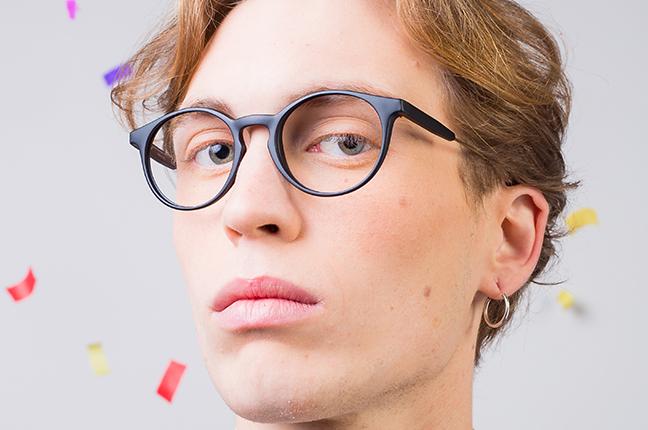 """Un ragazzo indossa il modello """"GILDA IRON"""" degli occhiali da vista Saraghina"""