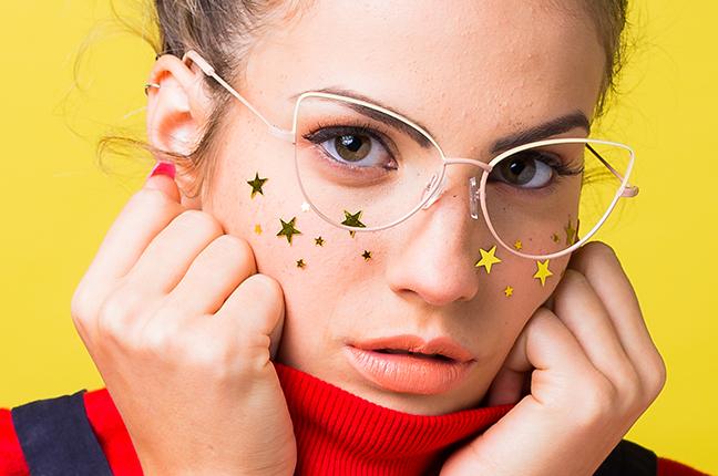"""Una ragazza indossa il modello """"GIADA"""" degli occhiali da vista Saraghina"""
