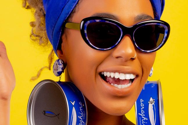 """Una ragazza indossa il modello """"MELITA"""" degli occhiali da sole Saraghina"""