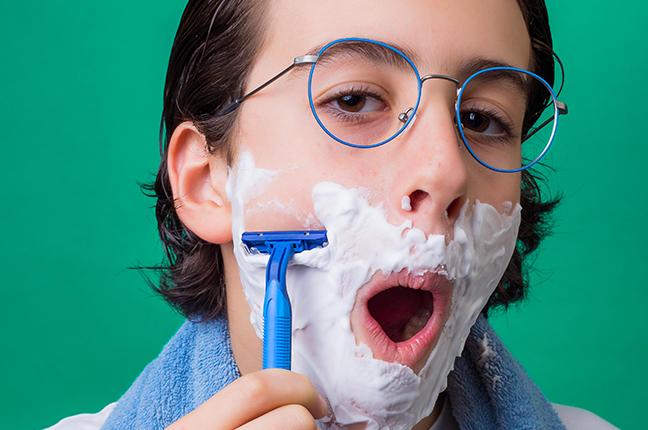 """Un ragazzo indossa il modello """"MASO KIDS"""" degli occhiali da vista Saraghina"""