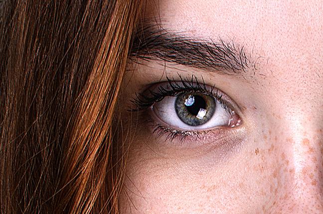 Il primo piano dell'occhio di una ragazza; molte persone usano le lenti a contatto per praticare attività sportiva o, addirittura, durante le ore di lavoro