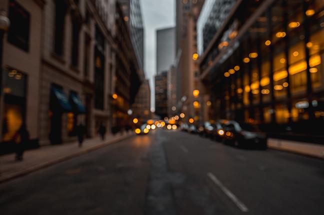 L'immagine sfuocata (di una strada cittadina) che simula la visione di un occhio affetto da miopia