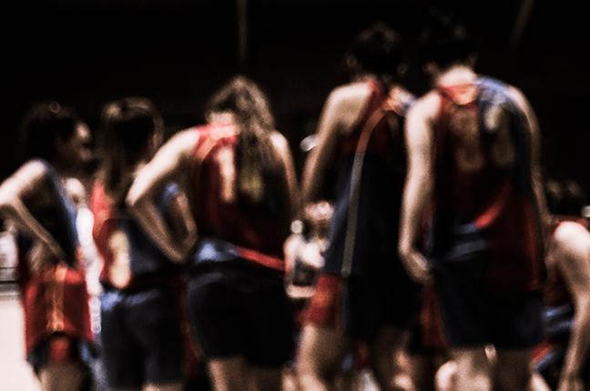 Una squadra di pallacanestro durante gli allenamenti; le lenti a contatto giornaliere sono particolarmente consigliate per praticare attività sportiva