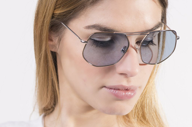 """Una ragazza indossa il modello """"Nicolas C"""" degli occhiali JPlus, nella versione """"sole"""""""