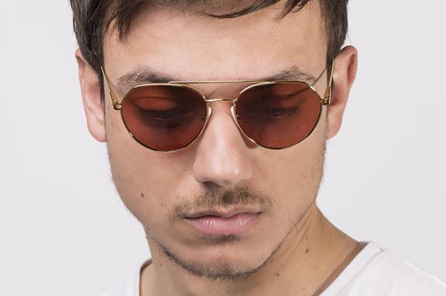 """Un ragazzo indossa il modello """"Line 2"""" degli occhiali JPlus, nella versione """"sole"""""""