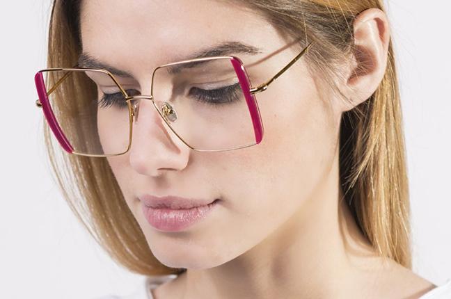 """Una ragazza indossa il modello """"Jenny"""" degli occhiali JPlus, nella versione """"vista"""""""