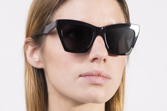 """Una ragazza indossa il modello """"Indie 3"""" degli occhiali JPlus, nella versione """"sole"""""""