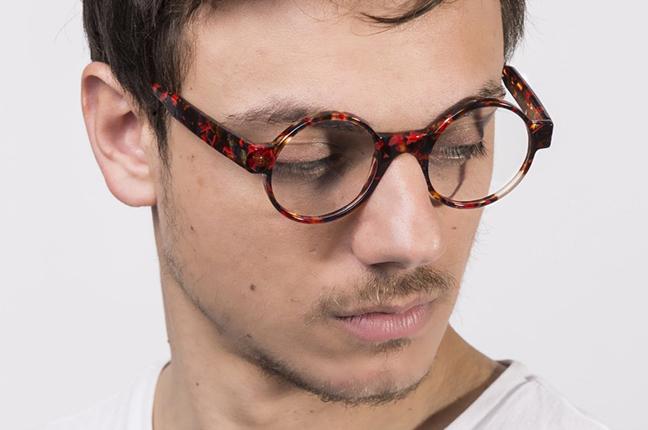 """Un ragazzo indossa il modello """"Cube 4"""" degli occhiali JPlus, nella versione """"vista"""""""