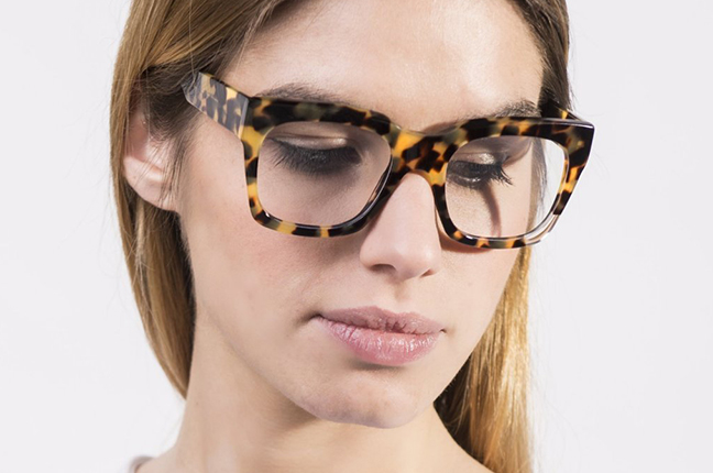 """Una ragazza indossa il modello """"Cut 2"""" degli occhiali JPlus, nella versione """"vista"""""""