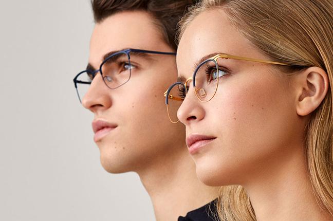 """Due ragazzi indossano occhiali Modo, appartenenti alla collezione """"PAPER-THIN"""""""