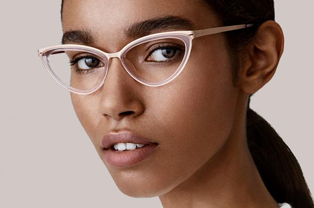 """Una ragazza indossa occhiali Modo, appartenenti alla collezione """"PAPER-THIN ACETATE"""""""