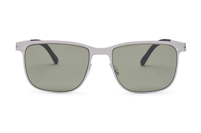 """Il modello """"FOHEN"""" degli occhiali Roundten, nella versione """"Silver Flextal & Green Polarized Lenses"""""""