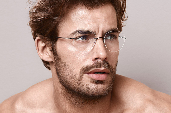 Un modello indossa occhiali da vista Silhouette