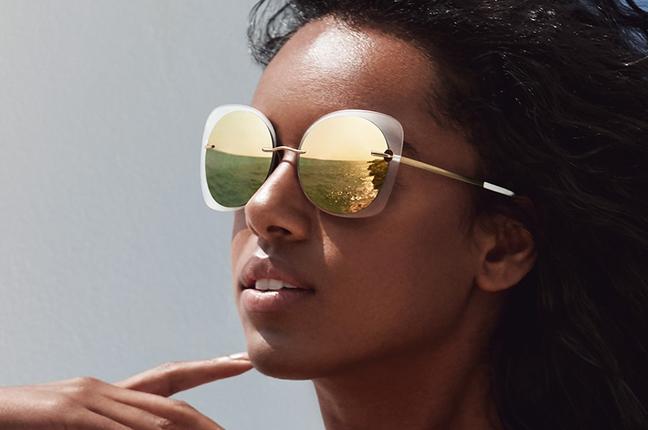 Una modella indossa occhiali da sole Silhouette