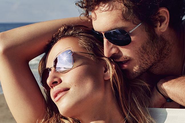 Due modelli indossano occhiali da sole Silhouette