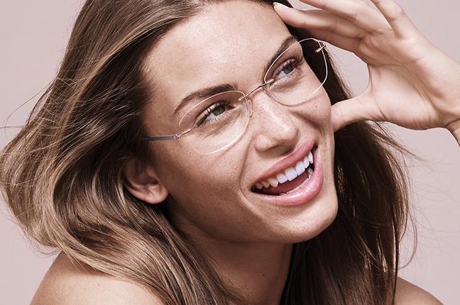 Una modella indossa occhiali da vista Silhouette