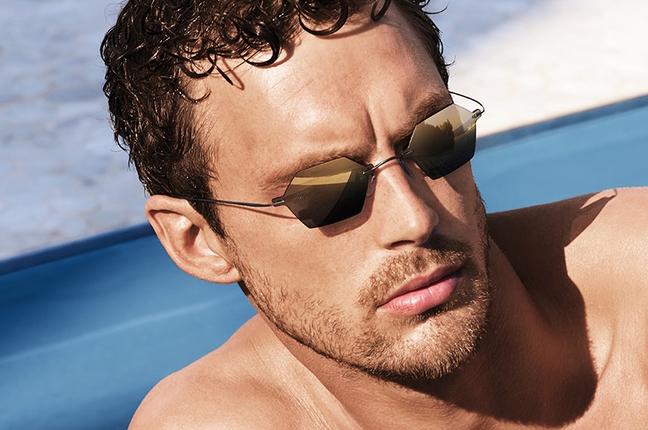 Un modello indossa occhiali da sole Silhouette