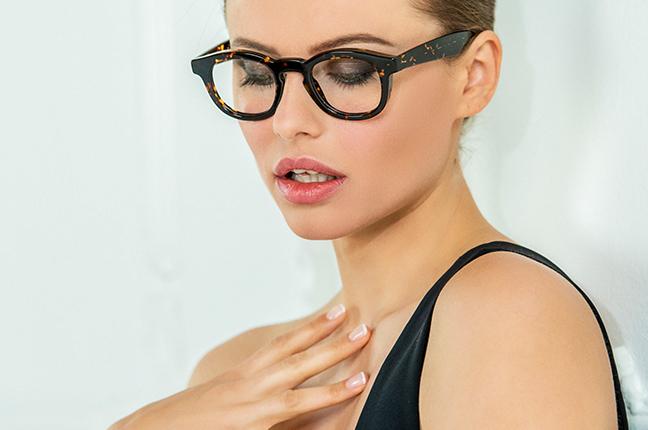 """La bellissima Olga De Mar indossa il modello """"JACK"""" degli occhiali Joystar"""
