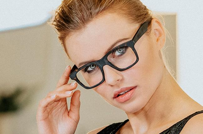 "La bellissima Olga De Mar indossa il modello ""SEAN"" degli occhiali Joystar"
