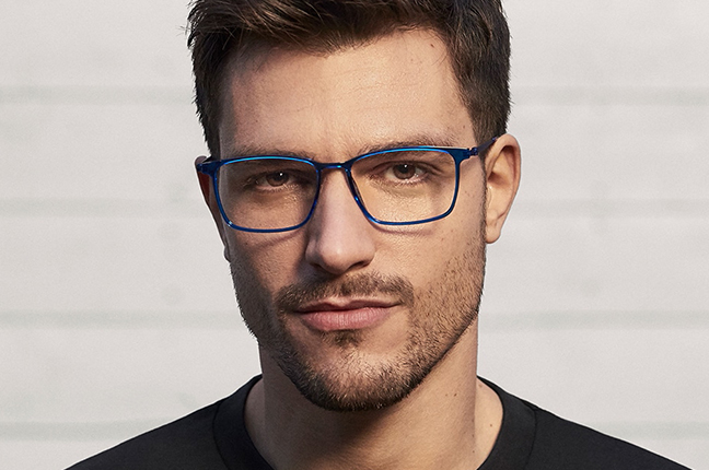 """Andrea Zelletta indossa occhiali Modo appartenenti alla collezione """"R 1000 + TITANIUM"""""""
