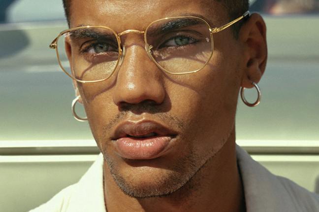 Un ragazzo indossa occhiali da vista Ray-Ban