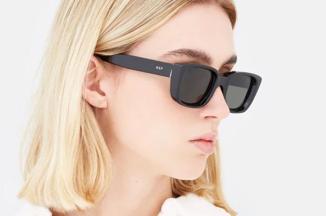 """Una ragazza indossa il modello """"Lira Black"""" degli occhiali SUPER by Retrosuperfuture®"""