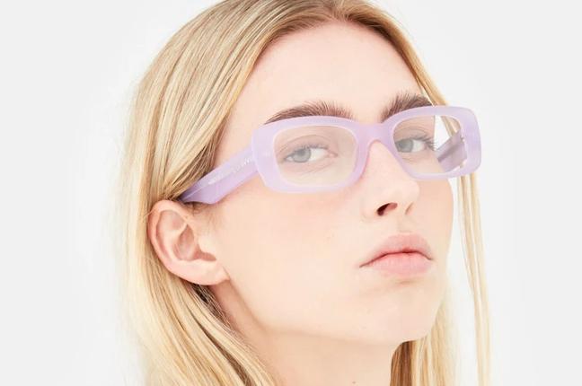 """Una ragazza indossa il modello """"Numero 75 Lilla"""" degli occhiali SUPER by Retrosuperfuture®"""