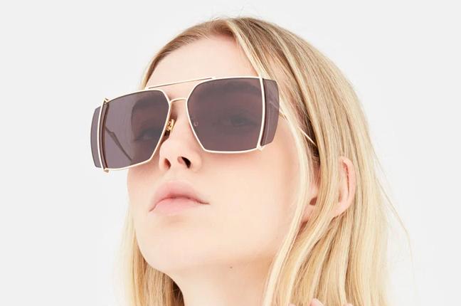 """Una ragazza indossa il modello """"Teorema Black"""" degli occhiali SUPER by Retrosuperfuture®"""