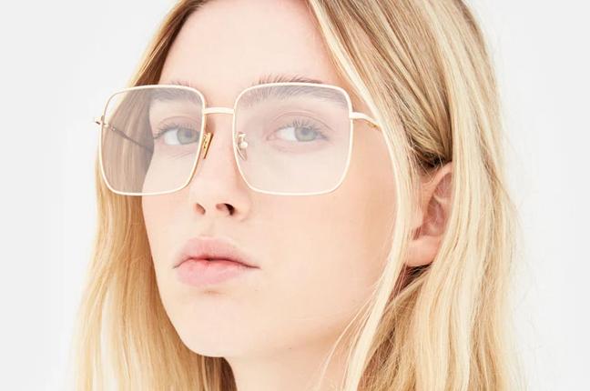 """Una ragazza indossa il modello """"Numero 78 Oro"""" degli occhiali SUPER by Retrosuperfuture®"""