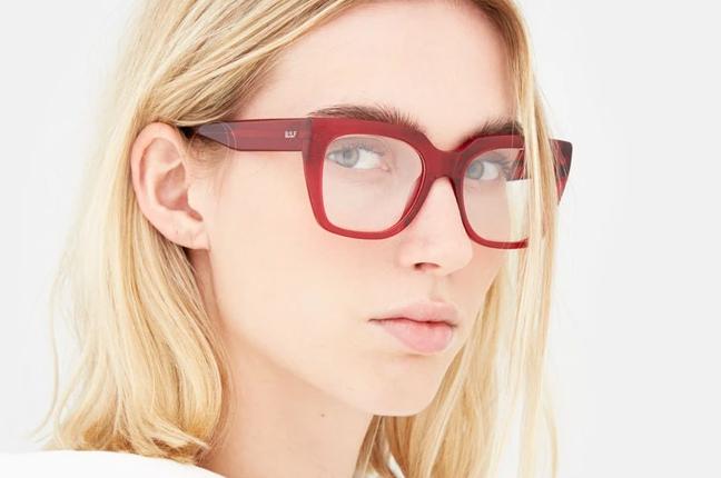 """Una ragazza indossa il modello """"Numero 76 Rosso Profondo"""" degli occhiali SUPER by Retrosuperfuture®"""