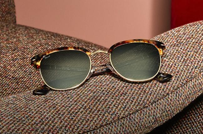 Un modello degli occhiali da sole Persol