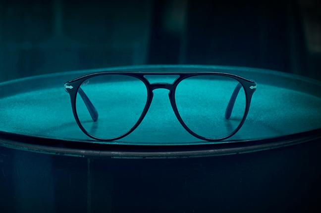 """Il modello """"El Profesor Original"""" (color nero) degli occhiali Persol, appartenente alla collezione """"La Casa di Carta"""""""