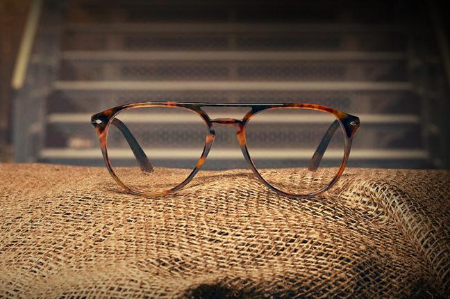 """Il modello """"El Profesor Original"""" (color caffè) degli occhiali Persol, appartenente alla collezione """"La Casa di Carta"""""""