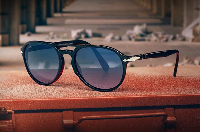 """Il modello """"El Profesor Sergio"""" (color nero) degli occhiali Persol, appartenente alla collezione """"La Casa di Carta"""""""