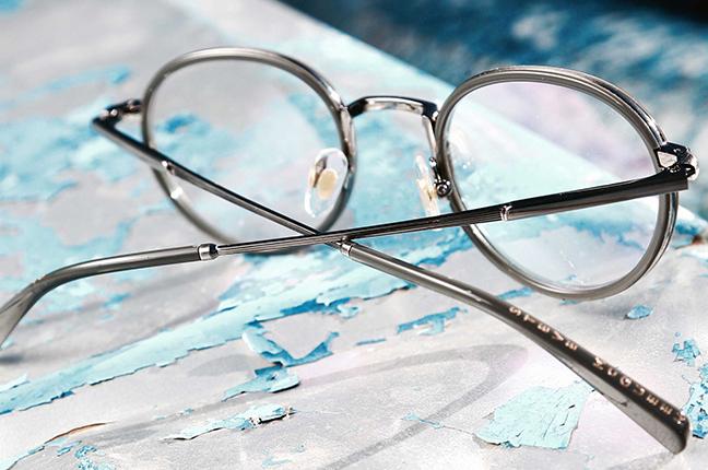 Sui terminali delle aste degli occhiali Steve McQueen è riportata un'incisione