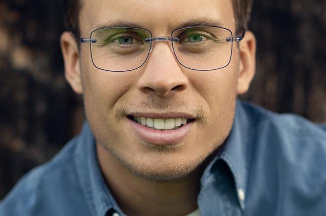 Un ragazzo indossa occhiali da vista Swissflex