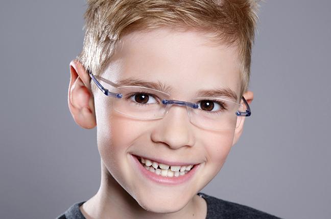 Un bambino indossa un paio di occhiali da vista Swissflex