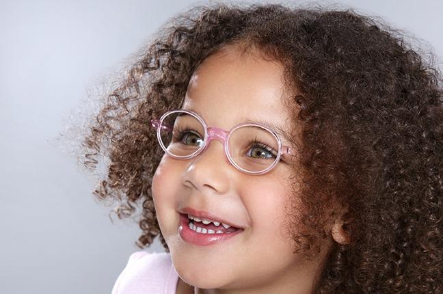 Una bambina indossa un paio di occhiali da vista Swissflex