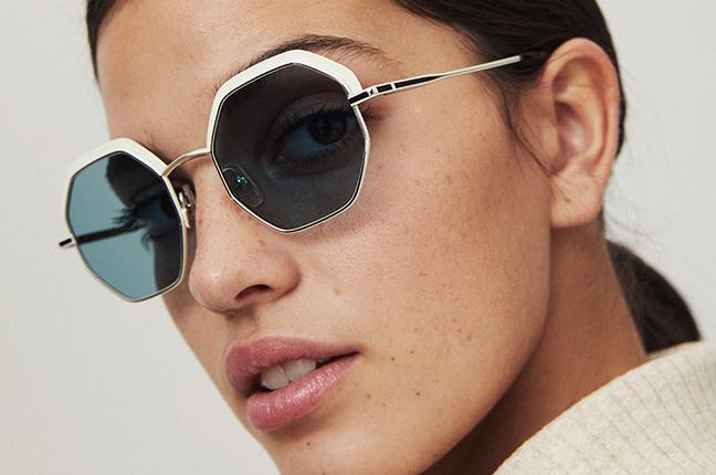 """Una ragazza indossa il modello """"JOSETTE SUN"""" degli occhiali da sole Etnia Barcelona"""