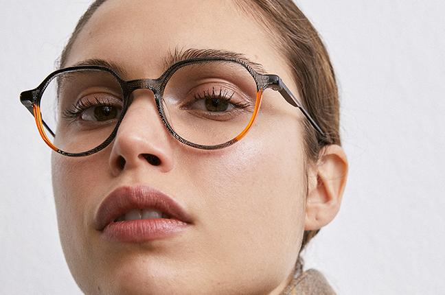 """Una ragazza indossa il modello """"PHILIP"""" degli occhiali da vista Etnia Barcelona"""