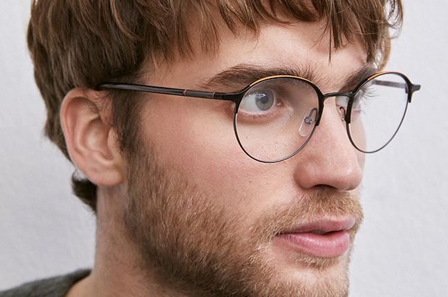 """Un ragazzo indossa il modello """"EDISON"""" degli occhiali da vista Etnia Barcelona"""
