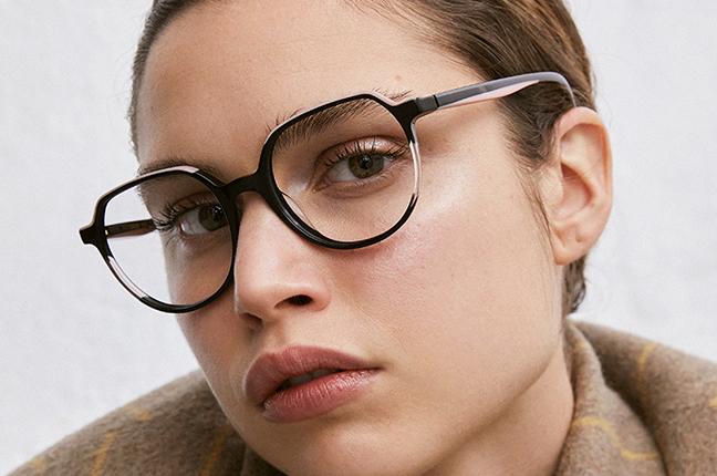 """Una ragazza indossa il modello """"IGUAZU"""" degli occhiali da vista Etnia Barcelona"""