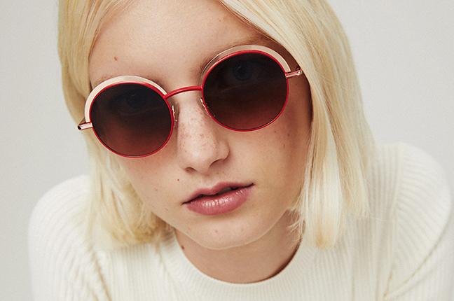 """Una ragazza indossa il modello """"JOLIE SUN"""" degli occhiali da sole Etnia Barcelona"""