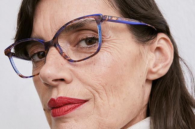 """Una signora indossa il modello """"ETOSHA"""" degli occhiali da vista Etnia Barcelona"""