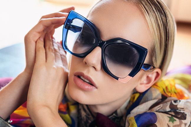 """Una ragazza indossa il modello """"SAMU"""" degli occhiali da sole JPlus, nella variante colore """"Blu"""""""