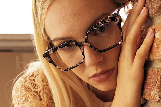 """Una ragazza indossa il modello """"YUMA"""" degli occhiali da vista JPlus, nella variante colore """"Tartarugato multicolore"""""""
