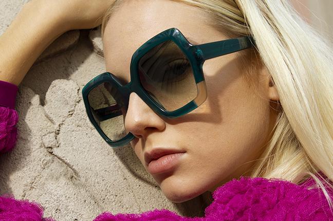 """Una ragazza indossa il modello """"PAOLA"""" degli occhiali da sole JPlus, nella variante colore """"Verde acqua"""""""